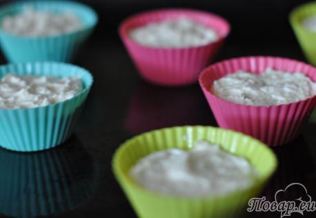 Воздушные сырники в духовке: тесто в формочках