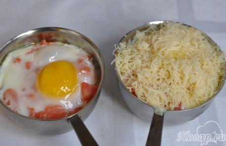 Яичница с помидорами и сыром: яйца, сыр