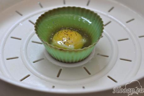 Яичница в мультиварке: яйцо в формочке