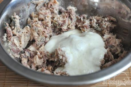 Закуска из консервированной скумбрии: соединение соуса с консервами