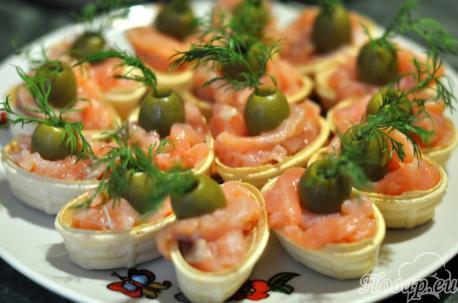 Закуска в тарталетках с сёмгой: рыба, оливки