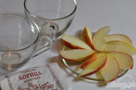 Зелёный чай с корицей: ломтики яблока