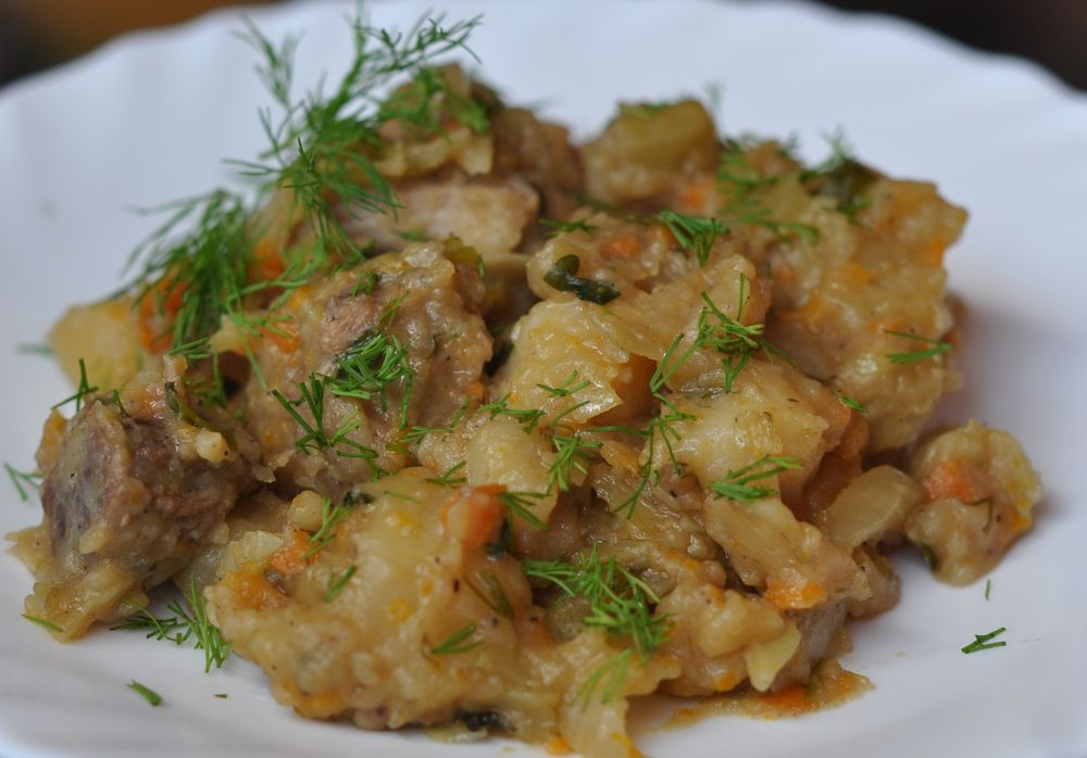 Картошка с мясом, тушенная в мультиварке - пошаговый ...